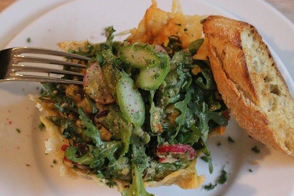 Sommerlicher Roter-Linsen-Salat mit grünem Spargel