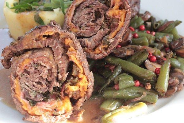 Rinderrouladen auf pfeffrigem Bohnen-Pilz-Gemüse